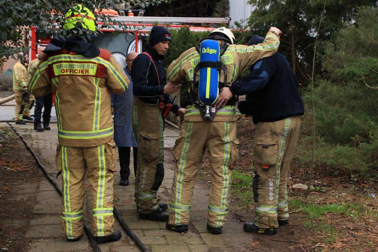 Een brandweerman verzwikte tijdens de bluswerken zijn voet.