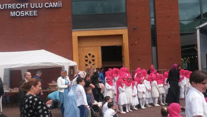 De ULU-moskee is feitelijk al bijna een jaar in gebruik, maar de opening wordt nu gevierd, omdat gewacht is totdat alle kinderziektes van het gebouw achter de rug waren.