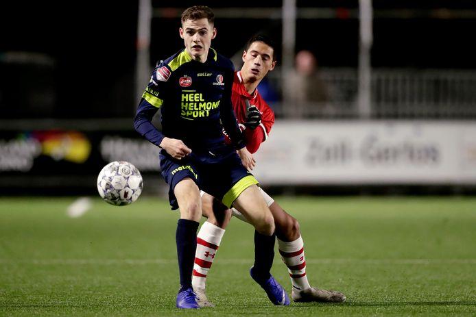 Helmond Sport-aanvaller Sander Vereijken hielp vrijdag mee met de verkoop van seizoenkaarten.