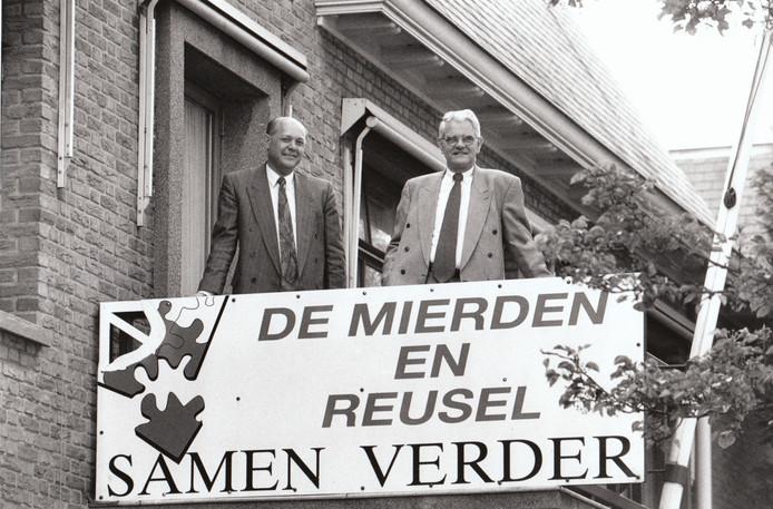 Burgemeester Verheijden van Reusel promoot de samensmelting met De Mierden. Links gemeentesecretaris v.d. Berghe (1996).