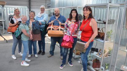 Cursisten PCVO exposeren handtassen en foto's bij Condebo
