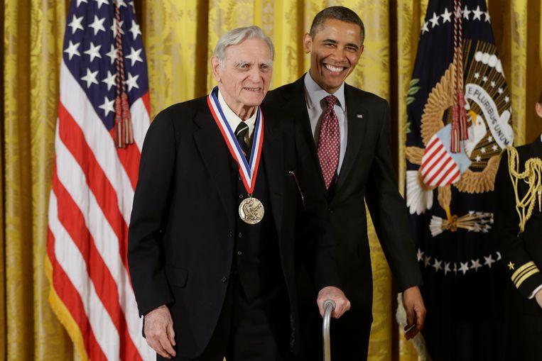 John Goodenough kreeg in 2013 een onderscheiding uit handen van president Obama en wint nu de Nobelprijs voor Scheikunde. Beeld AP