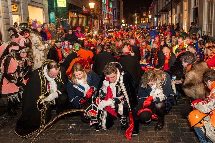 Carnavalsritueel in Breda, carnavalsdinsdag afgelopen februari. Bij het einde van carnaval vloeien dinsdagavond altijd veel tranen.
