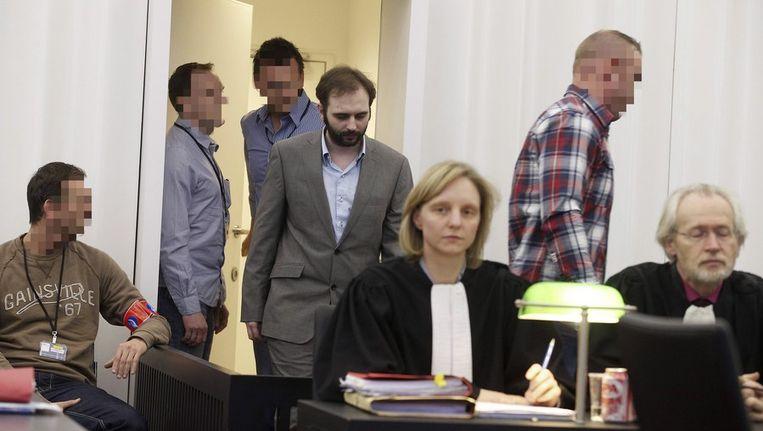 Kim de Gelder (in grijs pak) komt aan in de rechtbank in Gent. Beeld afp