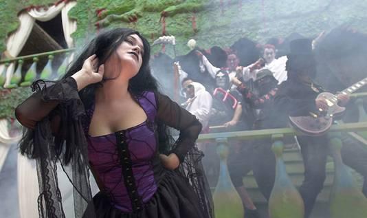 Hier de eerste bezetting met mede-oprichter Loek Verlaan als duivel en zangeres Monique de Bruin.