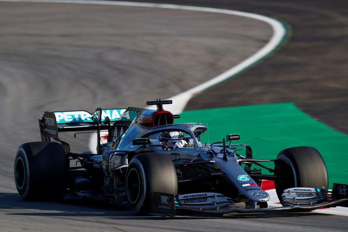 Les Mercedes ont dominé les premières séances d'essais hivernales à Barcelone.