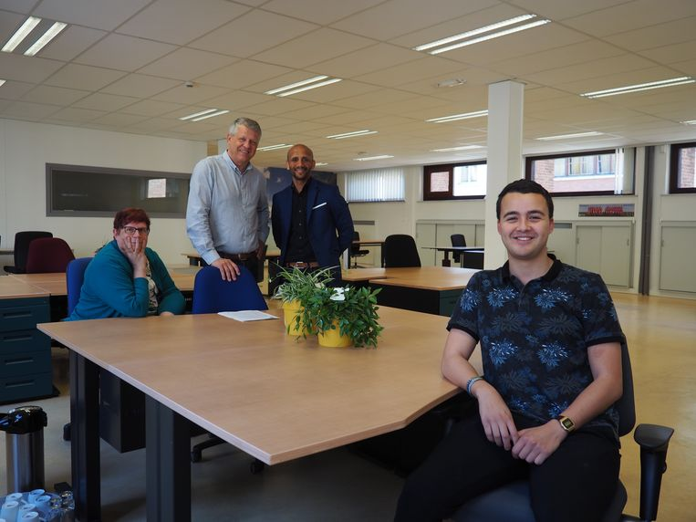 Gemeenteraadslid en student Faysal El Morabet (vooraan) en schepenen Marina De Bie, Koen Anciaux en Abdrahman Labsir in de studeerruimte in het stadhuis van Mechelen.
