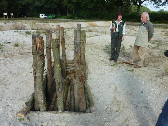 De plek waar het vorstengraf werd blootgelegd is op het gereconstrueerde urnenveld gemarkeerd met palen. foto Peter van Erp/BD