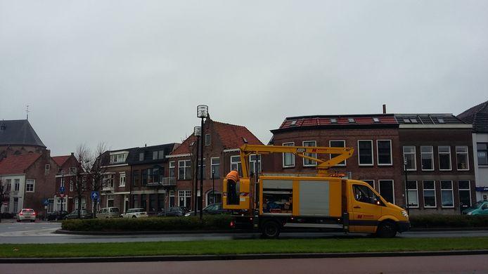Werk aan de lantaarnpalen aan de Stationsweg in Geertruidenberg.