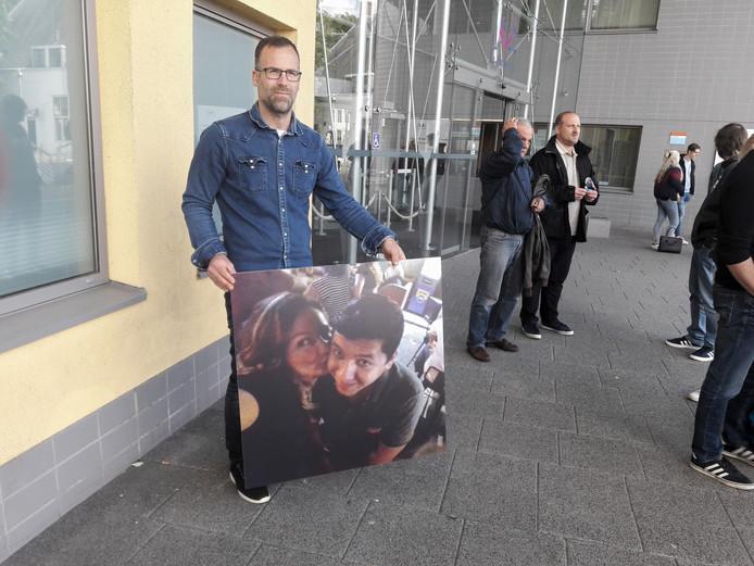 Bas Wolferts voor de rechtbank in Middelburg met een foto van zijn schoonzus Alice Dessi en haar 30-jarige Macedonische vriend  Miki Trpkovski die bij het ongeluk om het leven kwamen..