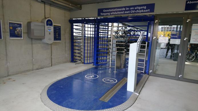 Nu hebben fietsenstallingen bij NS-stations nog een stalen draaihek.