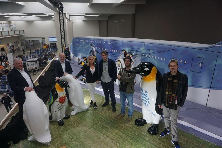 (vlnr) Luchthavendirecteur Marcel Buelens, voorzitter van het Blauwe Kruis Fabrice Goffin, luchthavenwoordvoerder Vanessa Flamez en kunstenaars Hannes D'Haese, Siegfried Vynck en Nicholas Van Varenberg