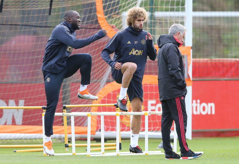 Lukaku en Fellaini gisteren op training bij Manchester United. Naast hen een in gedachten verzonken José Mourinho.