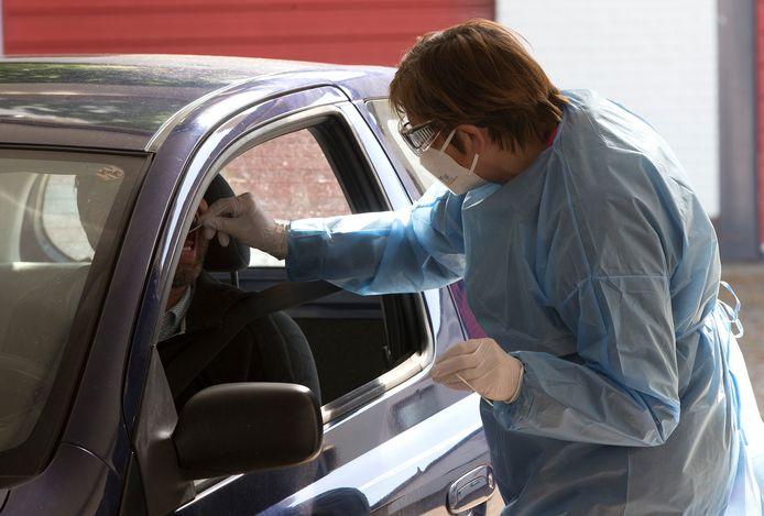 Irma Thus neemt een bezoeker van de teststraat in Zelhem een test af.