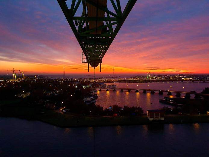 Ochtendrood kleurde de Nederlandse hemel vanmorgen rood-paars. Kraanmachinist Geurt van Roekel genoot extra van zijn baan.