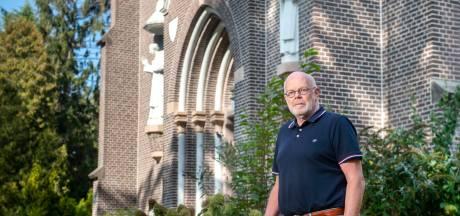 Guus neemt scholieren mee naar het massagraf in Huissen: 'En daar wordt het stil'