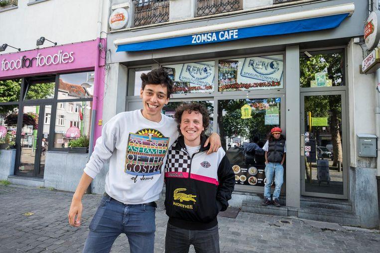 Niet ver van de Chinese Wijk vind je de Tibetanen. Samen met Snooker Point en Tibetan Art Café behoort Zomsa tot de uitgaansplekken van de Tibetaanse gemeenschap in Antwerpen. Je eet hier de lekkerste momo's, een Tibetaans deegballetje, gevuld met gehakt. Op de foto: onze redacteur met stadsgids Frederik.