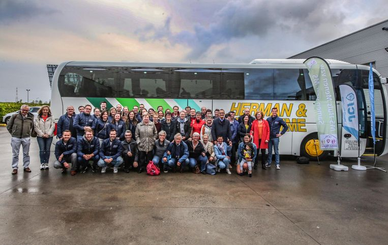 De 14 MS-patiënten en hun  begeleiders zijn klaar voor de busreis naar Frankrijk