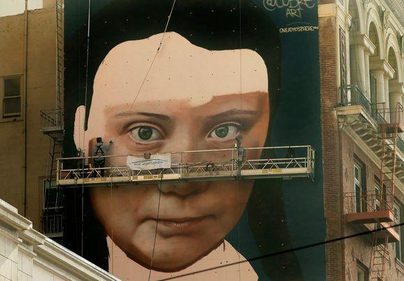 Andrés Petreselli aan het werk aan de muurschildering in San Francisco, die dinsdag klaar moet zijn.
