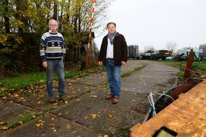 Peter Boogaarts (rechts) en Ger van Velthoven op de oude vuilstortplaats.