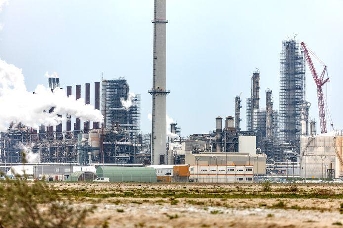 Fabriek van Shell Moerdijk in de steigers.