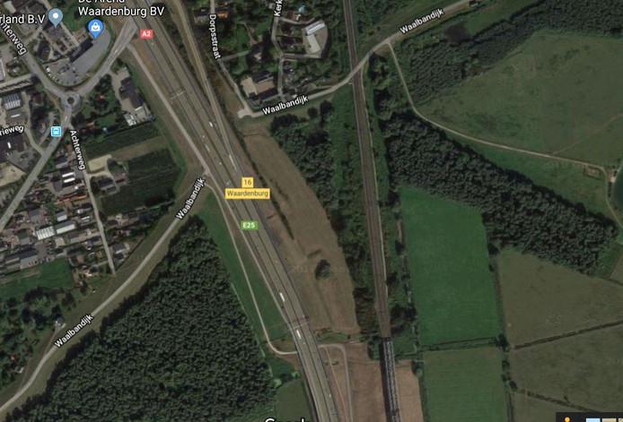 De gemeente Neerijnen wil een pad onder de spoorbrug en de Martinus Nijhoffbrug door realiseren waardoor fietsers vlot en veilig van het ene stuk Waalbandijk naar het andere in Waardenburg kunnen komen.