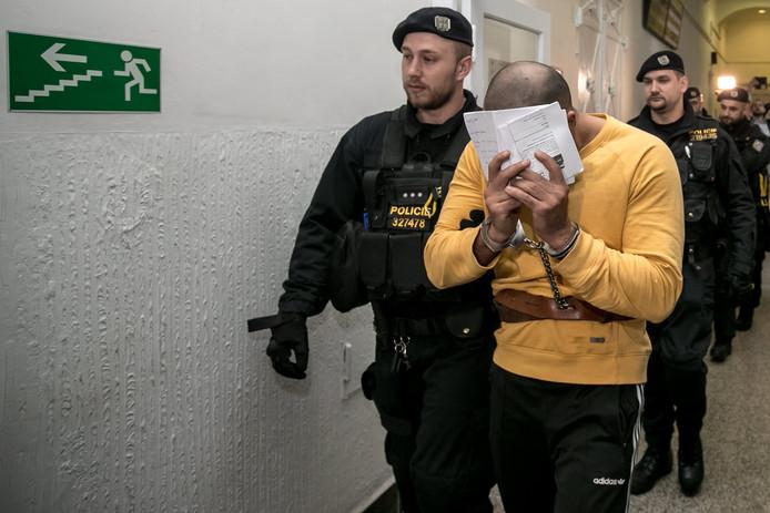 Een van de twee hoofdverdachten in de zaak van de zware mishandeling van de Praagse ober, wordt naar zijn cel gebracht. Deze twee broers blijven langer in hechtenis. Drie anderen kregen vandaag acht maanden voorwaardelijk cel.