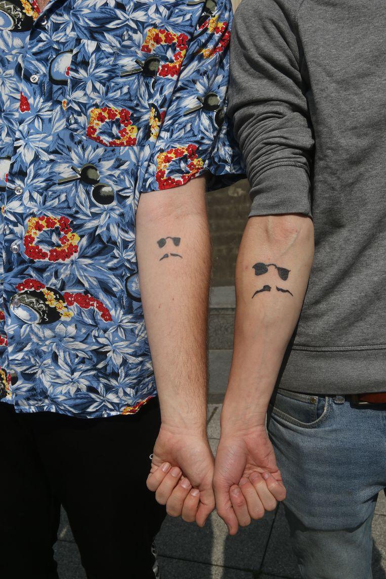 Dj Lebawski (l.) en Saidjah Verhelst (r.), met het logo van de dj op zijn rechterarm.