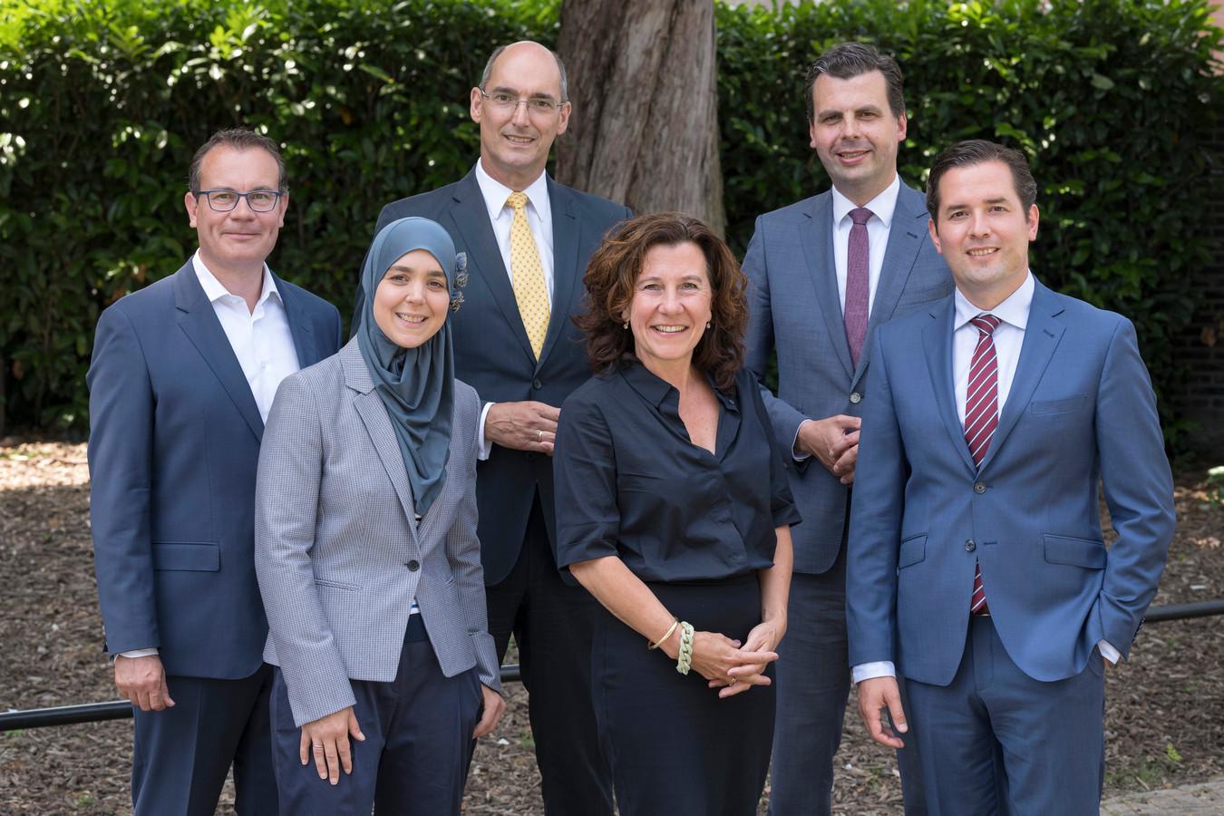De nieuwe wethoudersploeg in Tilburg: vlnr Mario Jacobs, Esmah Lahlah, Oscar Dusschooten, Marcelle Hendrickx, Berend de Vries en Erik de Ridder.