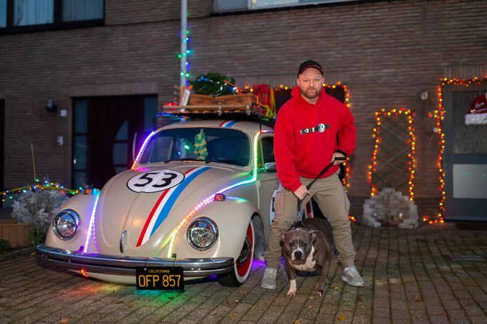 Björn met zijn hond Xena aan de verlichte Volkswagen Kever