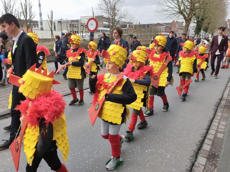 Kindercarnaval Ninove 2020. Bij de grote groepen wonnen de jongensscouts. Zij waren verkleed als kuikentjes.