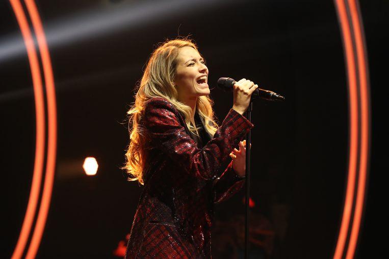 Tinne Oltmans, hier in 'Steracteur Sterartiest', is zangeres van coverband Tinne & The Oltmans.