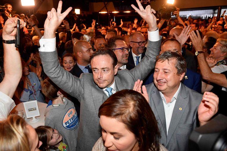 Burgemeester Bart de Wever (midden) tijdens een partijbijeenkomst in Antwerpen zondagavond.  Beeld AFP