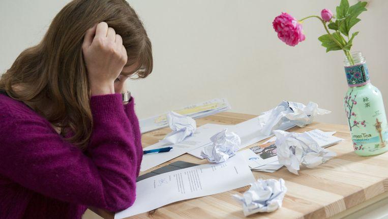 Een jonge vrouw leest een afwijzende reactie na haar sollicitatie. Beeld anp