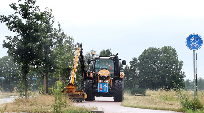 De wegbermen in het buitengebied van de gemeente Loon op Zand worden niet meer in één ronde helemaal gemaaid.