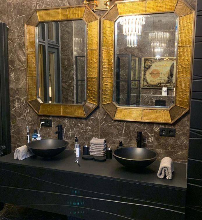 Gouden spiegels in de badkamer