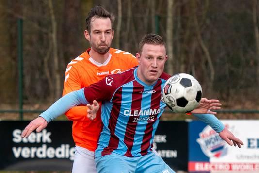Nick Bijlsma beschermt de bal voor zijn tegenstander.