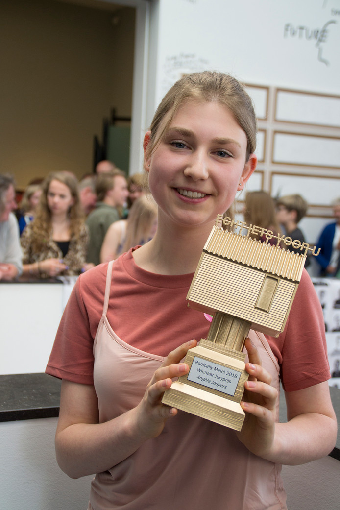 Scholiere Angèle Jaspers met de door haar gewonnen trofee.