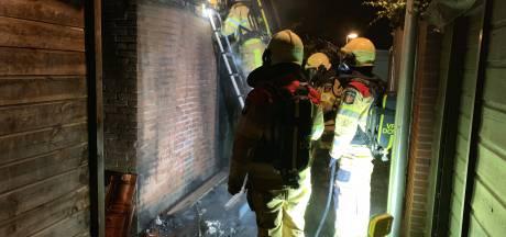 Weer een rij containers in vlammen op in Deventer woonwijk