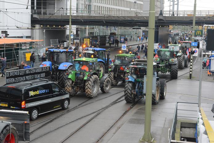Tractors over de trambanen in Den Haag.