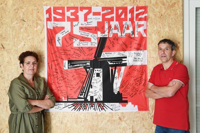 Nicole Godrie en Ludwig van de Wouw bij de vlag van buurtschap Molenstraat, die door alle leden is getekend ter ere van het 75-jarig bestaan. Hans de Wijs was ook nauw betrokken bij dat jubileum in 2012.