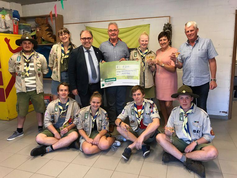 Scouts Akabe kreeg een cheque van De Champagnefeesten.