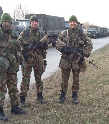 Militairen in de file voor het pontje in Wijhe