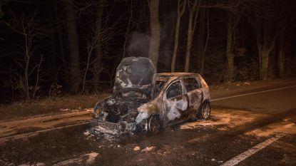 Wagen brandt uit: weerspannige bestuurder even opgepakt