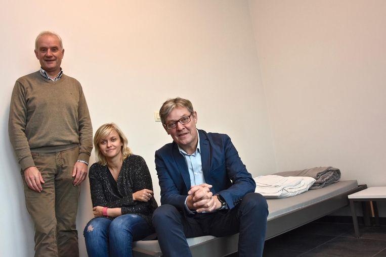 Pascal Heytens (directeur CAW Zuid-West-Vlaanderen), Natalie Van Assche (teamcoördinator) en OCMW-voorzitter Philippe De Coene bij één van de bedden.