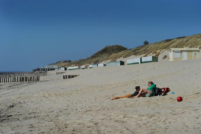 ldm05/04/2020 - Zoutelande - Lein en Lena met hond Teun uit Middelburg op een verlaten strand ...