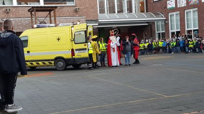 Sinterklaas met ambulance naar basisschool