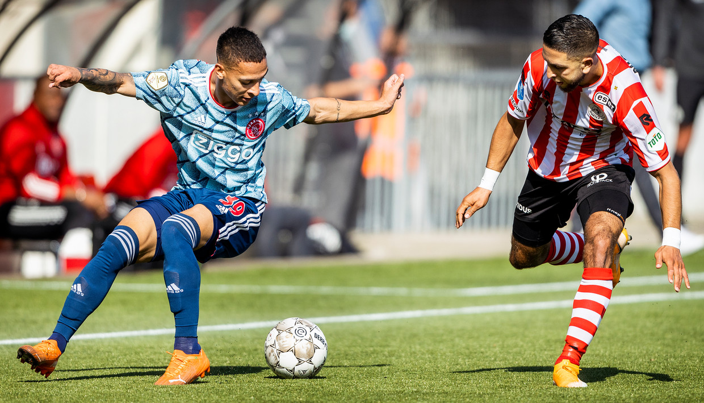 Antony (Ajax) in duel met Mohamed Rayhi.  Beeld Jiri Büller / de Volkskrant