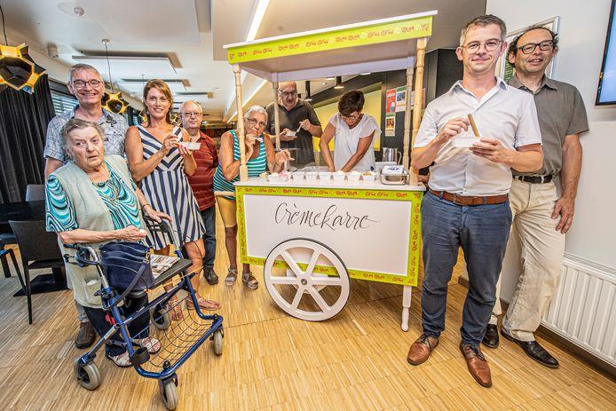 OCMW-voorzitters Dimitri Carpentier en Ann Gunst van respectievelijk Hooglede en Lichtervelde proeven van een ijsje bij de 'crèmekarre'.