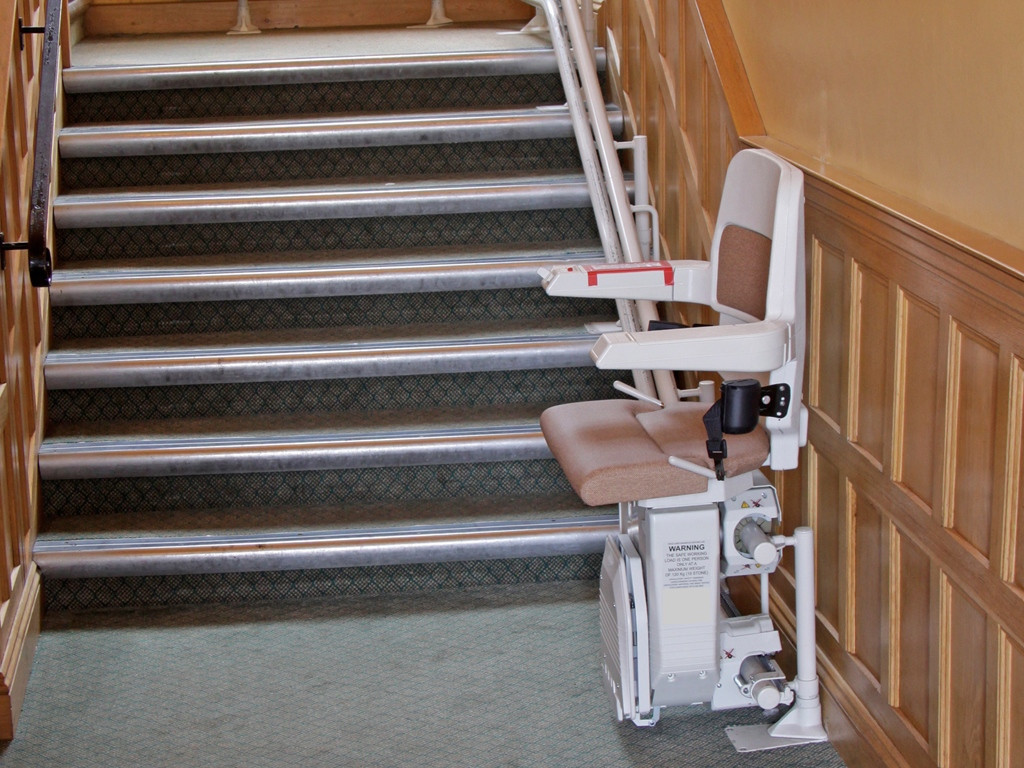 Een traplift kan uitkomst bieden aan bewoners die slecht ter been zijn.